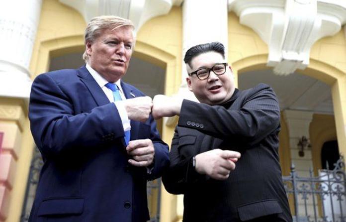 SOSIILE lui Kim Jong-un şi Donald Trump au ajuns la SUMMIT. Cei doi s-au ÎMBRĂŢIŞAT şi au dat INTERVIURI