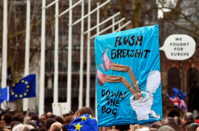 Ce trebuie să facă românii din Marea Britanie pentru a nu fi expulzaţi din ţară după Brexit